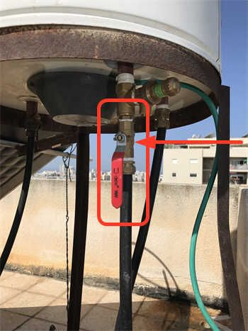 Проверьте кран подачи воды: возможно, кран течёт и его надо поменять.
