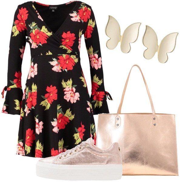 Vestito corto nero con fantasia floreale e scollo incrociato abbinato a delle sneakers basse stringate con zeppa, ad una shopping bag in finta pelle, e a degli orecchini in metallo dorato. Il look è adatto per tutti i giorni.