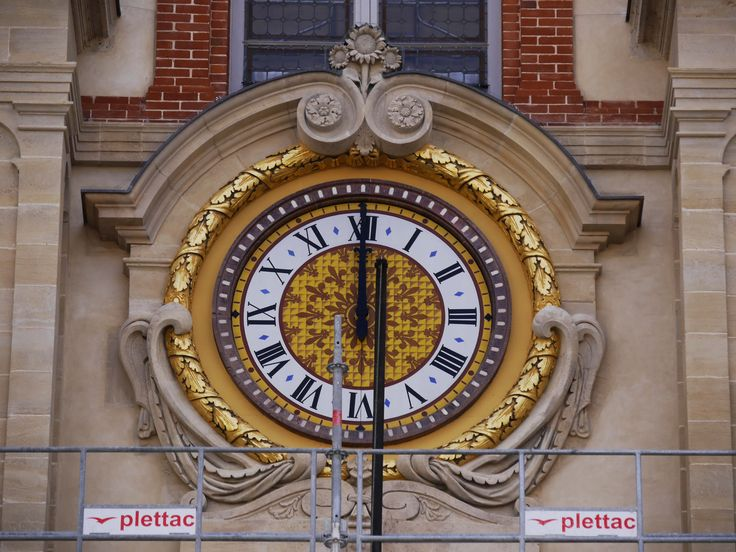 Cette horloge date de Louis XIV et réalisée par Balthazar Martinot. Le cadran de l'horloge, en lave émaillée, a été nettoyé, son cadre restauré. Des traces de dorure d'époque ont permis de justifier la restitution à la feuille d'or. (C) MAN