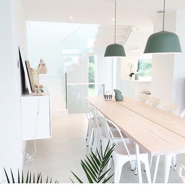 Ukens mest populære lampe!  Ambit lamp fra Muuto. ✨ Her fra den lekre spisestuen til @cathrinehenden 🌿🙌🏻✨ Hos oss får du kjøpt Ambit i hvit, svart, grå, rose og dusty green!  De er så fine! 😍 #mittnordiskehjem #diningroom #ambitlamp #muuto #pålager #nettbutikk