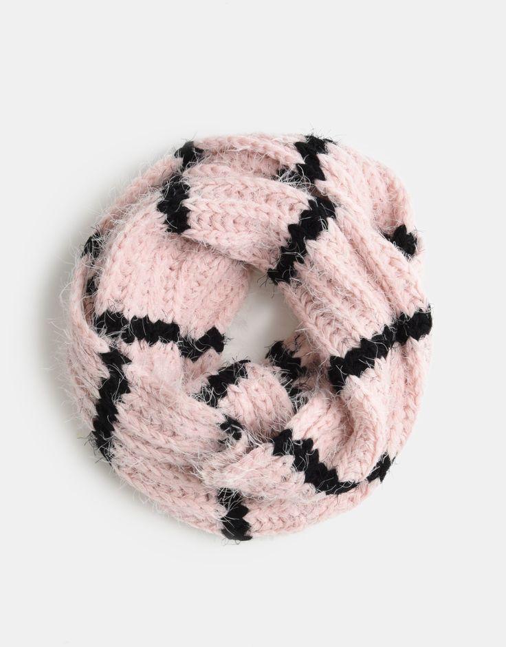 Met de Jiblum Sjaal van Jill blijven de meiden het komende seizoen lekker warm. Deze lichtroze sjaal met zwarte strepen draagt niet alleen lekker comfortabel, maar staat ook nog eens superstylish. De perfecte afronding van je outfit!