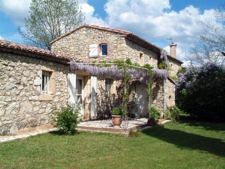 5 minutes from a village and 15 minutes from Uzès, 50 minutes from Avignon and Nîmes (TGV stations and airports), an 18th century bergerie with about 245 sq. m., in peaceful Mediterranean surroundings with garden and about 1 hectare. It comprises a main part on 2 floors and a guest apartment of more than 55 sq. m, 5 bedrooms and various living rooms. Although it has new, insulated roofing, a certain amount of updating work is required. Possible to build a swimming pool.