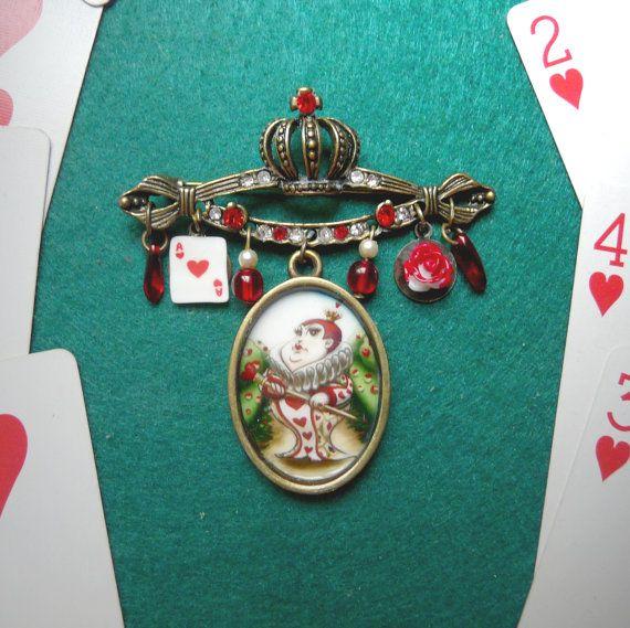 Broche Reina de Corazones - Alice in Wonderland - ilustración original por Poison B. - cristal de bohemia - corona - bronce