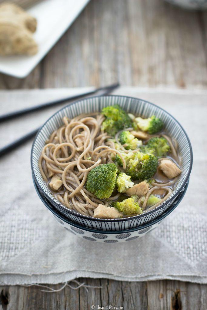 Zuppa di soba con broccoli e tacchino (tofu in versione veg).