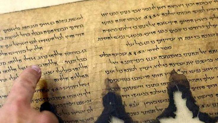Desde que fueron descubiertos hace unos 70 años, los Rollos del Mar Muerto han fascinado a los eruditos e historiadores. Pero los orígenes precisos y la autoría de estos textos antiguos siempre han estado rodeados de un gran misterio. Ahora, un análisis de más de 30 tumbas recién descubiertas podrí