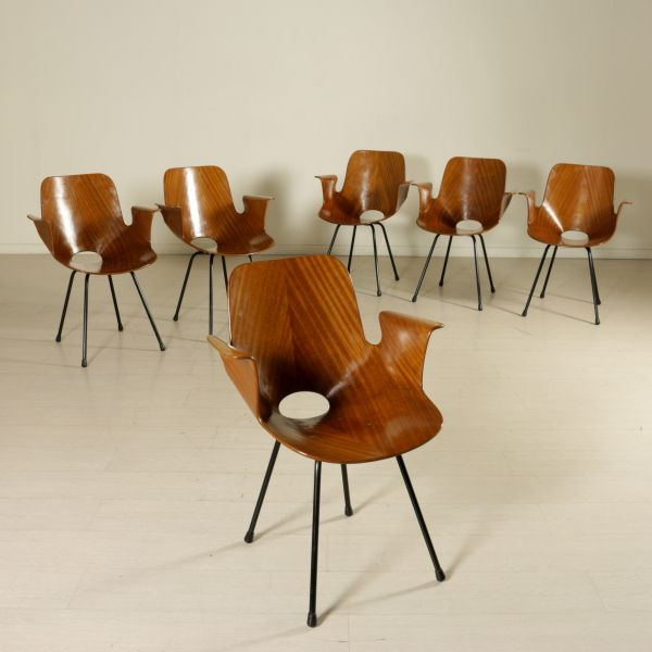 Gruppo di sei sedie con braccioli; legno curvato, struttura in tondino in metallo laccato. Buone condizioni, presenta piccoli segni di usura.