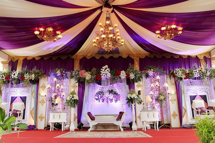 Dekorasi pelaminan modern dari Nakarina untuk acara ngunduh mantu Timi & Nika di Purworejo, Jawa Tengah dengan nuansa ungu yang elegant