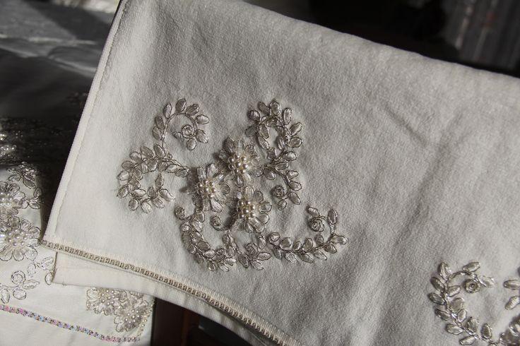 Söz- Nişan bohça takımı. İpek keten kumaş üzerine , inci işlemeli Fransız gipürü ile bezenmiş bohça, seccade ve havlu takımı.  4. resim havlu.