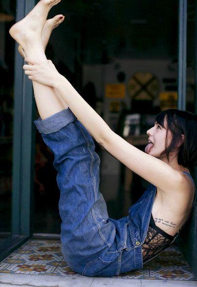 Salopette en jean + body en dentelle = le bon look pour traîner à la maison !