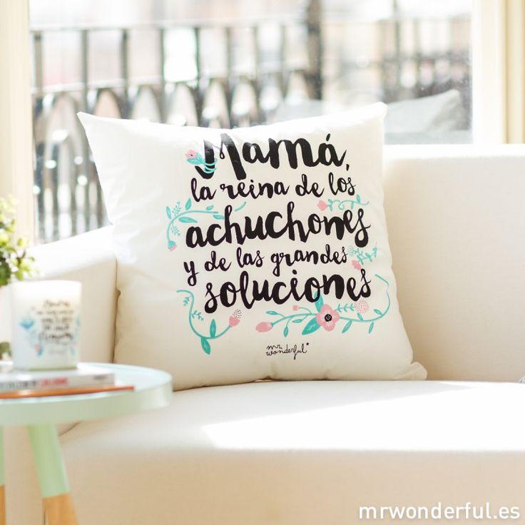"""Cojín """"Mamá la reina de los achuchones y de las grandes soluciones"""" #mrwonderfulshop #cushion #mother"""
