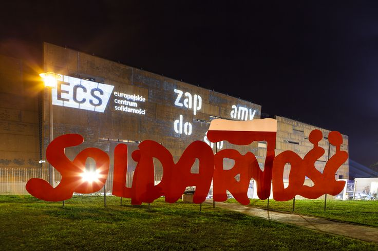 "ECS' opening 2014 / event arrangement / A sign of ""Solidarity"" designed by Jerzy Janiszewski and ECS building as a background of ""selfie point"" / fot. szajewski.com"