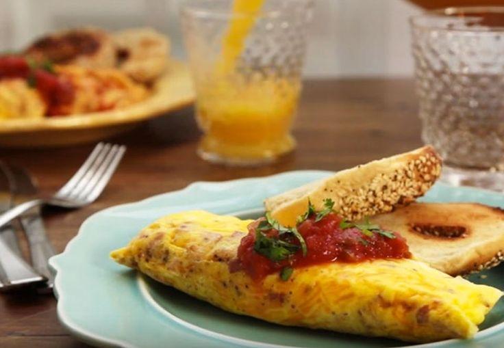 Denne omelet er ikke kun super velsmagende, men også hurtig at lave og efterlader minimalt svineri i køkkenet, fordi alle ingredienser kommes i en pose.