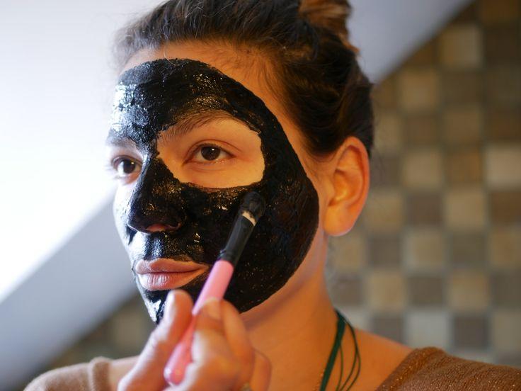 Offrons nous un petite detox de la peau avec ce masque au charbon actif et à l'aloé .Résultats garantis pour les peaux ternes, stressées et à problèmes!