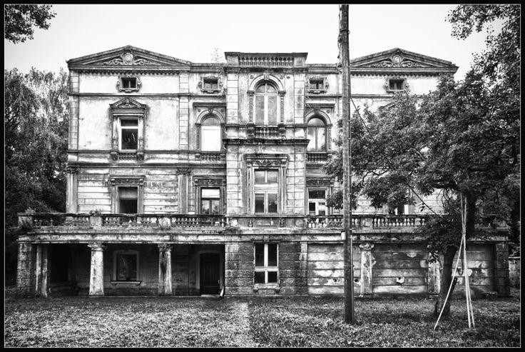 Haunted Mansion in Kirchberg (Jülich) - Nordrhein-Westfalen - Germany / Deutschland. Photo by Bert Kaufmann from Roermond, Netherlands.