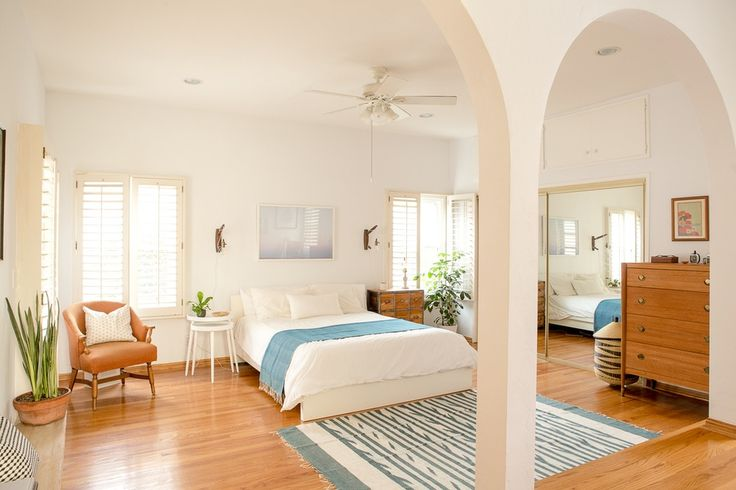 How dreamy are these arches in this gorgeous California bedroom??