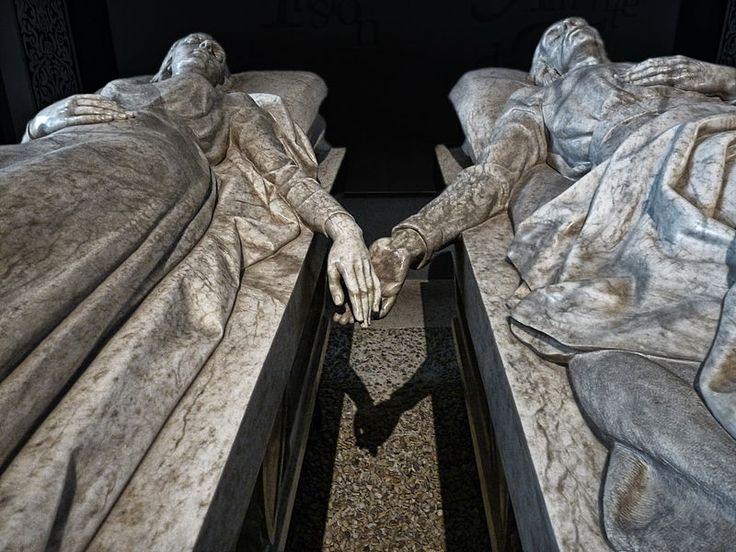 Juan de Ávalos - Tumba de los Amantes de Teruel / Tomb of the Lovers of Teruel.  http://bobbovington.blogspot.com.es/2014/07/los-amantes-de-teruel.html