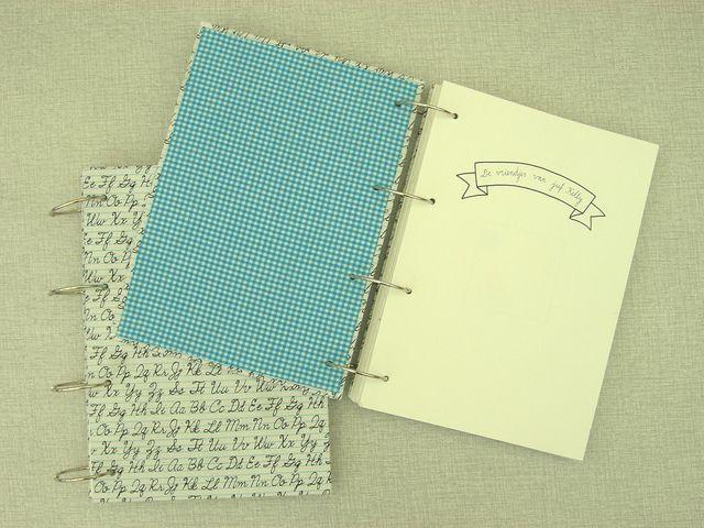 Zelfgemaakt vriendenboekje als juffengeschenk, in een mapje van stof en karton {Ik ben Vink}