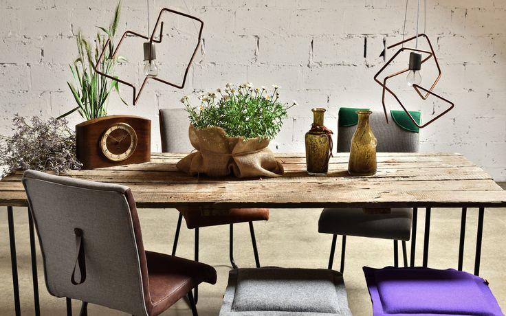 Designerska ława z desek połączonych w sposób taki jak stare drzwi oraz lekkich stalowych nóg doskonale uzupełni każdy nowoczesny salon. Stolik jest idealny dla każdego miłośnika surowego piękna drewna. Do wyboru w różnych kolorach nóżek