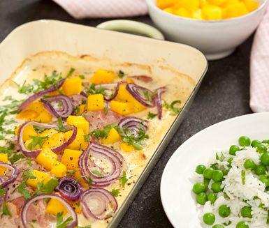 Ugnslagad krämig kassler serverat med ris är enkelt och gott. Kasslern blandar du med smaker från mango, dijonsenap och ingefära innan den krämiga grädden tillsätts. Den smakrika senapen bryter fint av mot den söta mangon.