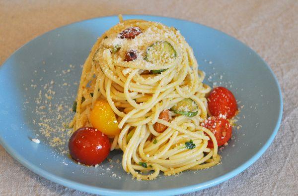 Σπαγγέτι με ελαιόλαδο σκορδάτο. Πεντανόστιμη μακαρονάδα με σάλτσα ελαιόλαδου και σκόρδου και σοταρισμένα κολοκυθάκια