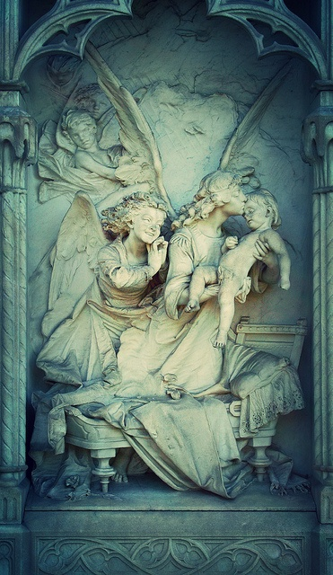 A kissing angel (color) by christianstobbe, via Flickr