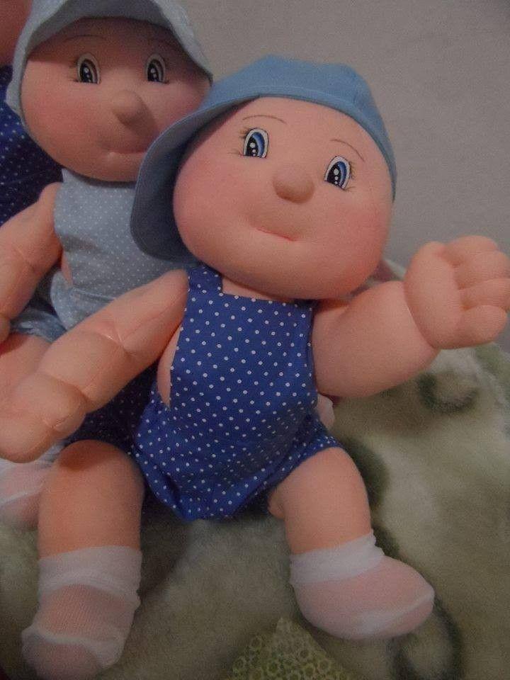 Muñecas bebé gateadoras. El patrón esta diseñado de tal forma que los brazos y piernas del muñeco, tengan la forma, para que poniéndolos boca abajo, simulen que están gateando. Me encanta!!!…