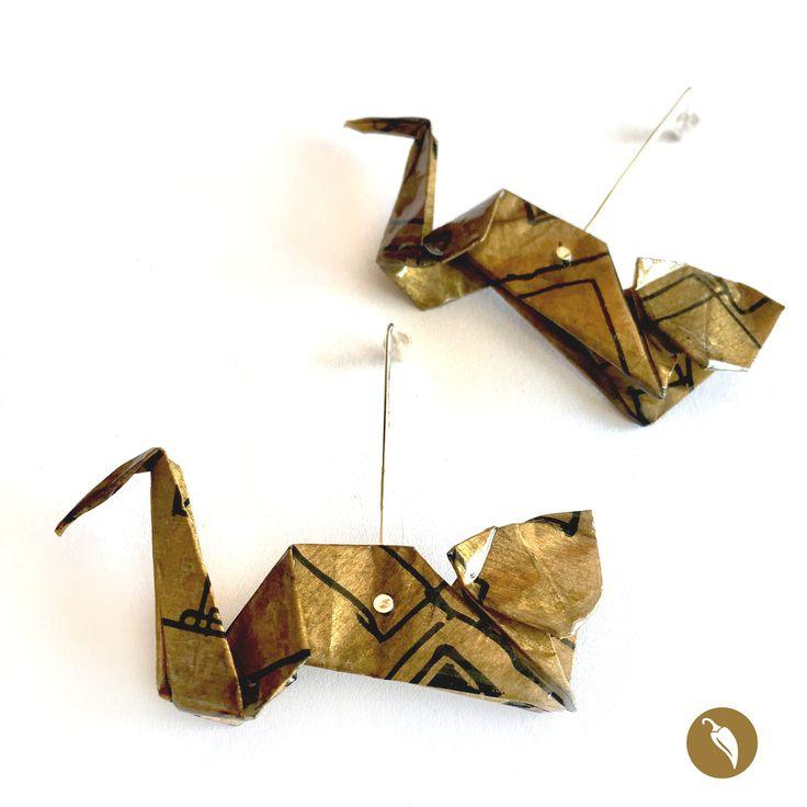 ¿Existe algo más flexible que un Gato? Sí, el papel. Papeliris lo sabe y por eso creó estos aros de origami en los cuales recrea la figura de un felino. De una sola pieza, los pliegues del papel se doblan creando la figura de un gatoen movimiento. El aro secrea a partir de la figura en papel y un elegante vástago de plata. Papeliris además agrega una pátina de resina, paradar mayor durabilidad al papel y fijación al color de la fibra.  Autor:Papeliris Colección:Gatos Materiales:...