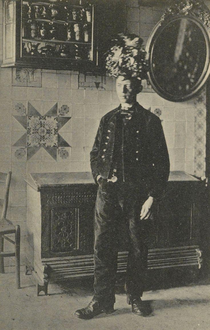 Klaas Stegeman in lotelingendracht. klaas draagt de zogenaamde 'lottepet' (lotelingenpet), welke gedragen werd tijdens de terugkeer van de loting voor militaire dienst. Deze petten zijn in gebruik geweest tot omstreeks 1915. 1900-1915 #Overijssel #Staphorst