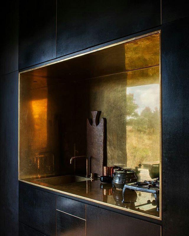 Goud! Met kraan van Arne Jacobsen voor Vola. Hoe goud (en messing) in je interieur te gebruiken? Meer inspiratie op de site! #linkinbio #goldentouch #brass #kitchen #tap #interior #inspiration #EDloves