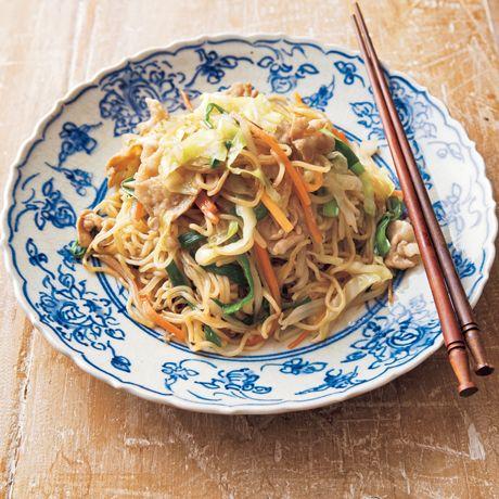 「五目焼きそば」のレシピです。プロの料理家・陳建太郎さんによる、豚バラ薄切り肉、にんじん、キャベツ、玉ねぎ、にら、もやし、中華蒸し麺などを使った、534Kcalの料理レシピです。