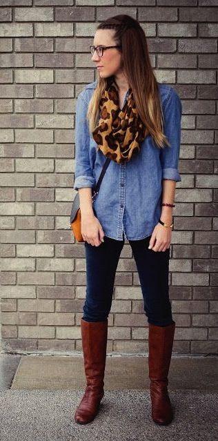 Denim shirt+ leggings + botas largas  Si la comodidad es lo tuyo, entonces coordina unos leggings negros con unas botas largas, otro accesorio de temporada, y una denim shirt. Agrega una mini bolsa beige y una mascada con animal print.
