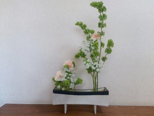 ikebana  sogetsu  moluccella, carnation, bishop' s weed