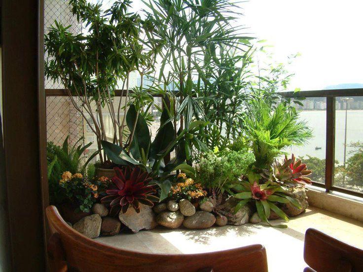 Um pequeno espaço delimitado por pedras e muitas plantas, resultará em um lindo jardim interno...