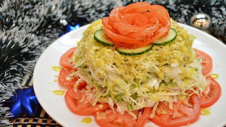 Вкусный и легкий капустный слоеный салат с горчичной заправкой. Готовится такой салат очень просто, а в итоге вы получаете незабываемый вкус. Такое блюдо можно подавать к мясу, или даже ставить на праздничный стол, при этом не волнуясь о лишних калориях. Проявите не много изобретательности, украсьте салатик розой из помидора, посыпьте орешками, кто сказал, что здоровое питание — это не вкусно и не красиво?