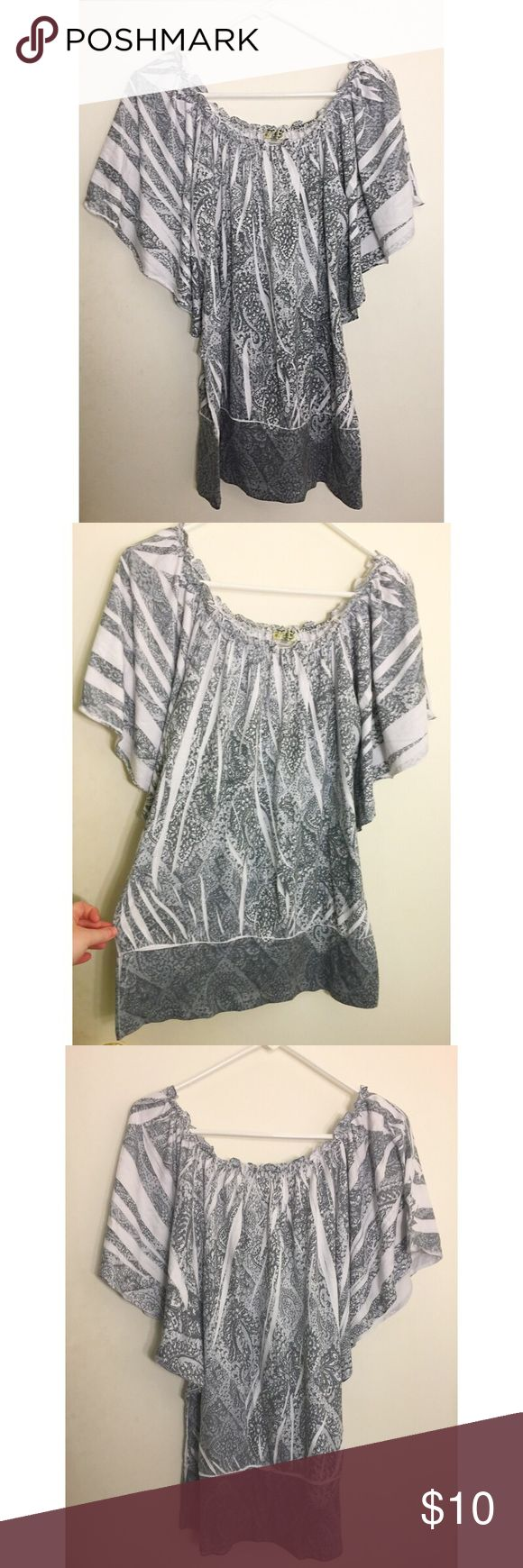 🎀 Grey & White Batwing Top 🎀 EUC • worn only twice • flowy batwing top with tapered bottom • size M, also fits L and XL Tops Blouses