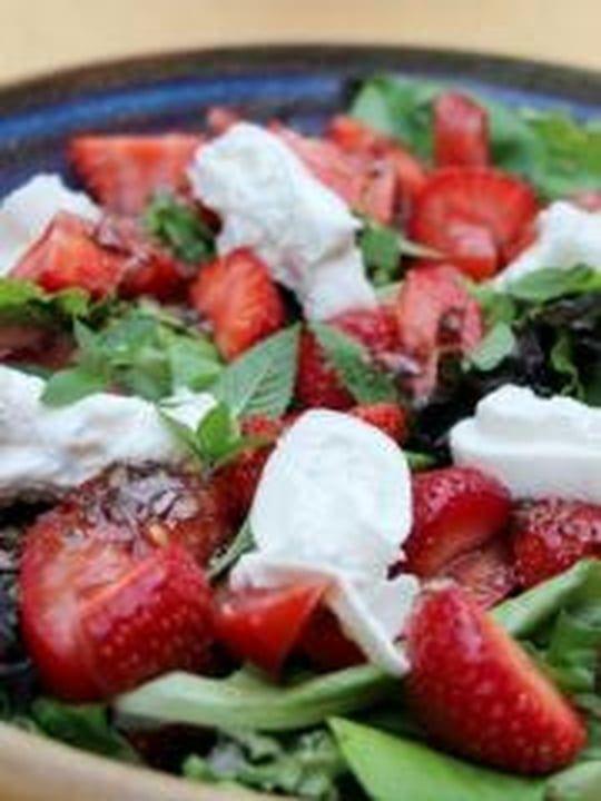 Salade de fraises, menthe et burrata