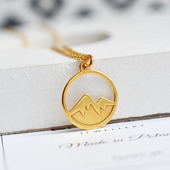 Naszyjnik z górami. Zobacz na: https://laoni.pl/zloty-naszyjnik-z-motywem-gor #góry #naszyjnik #biżuteria #zima #prezent