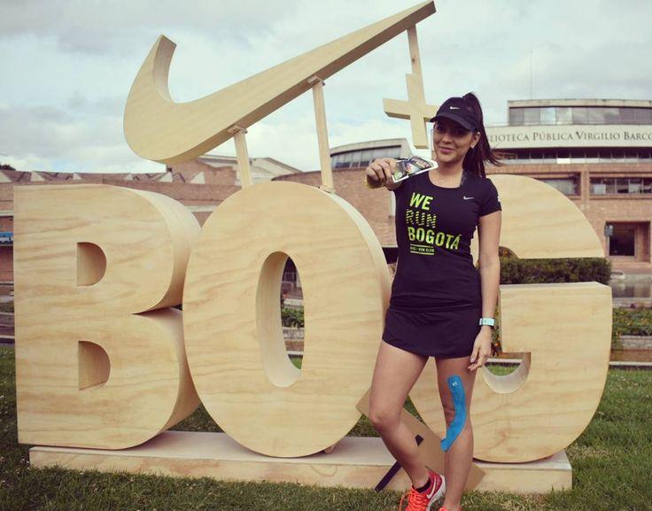 y hoy nos fuimos de media maratón de Bogotá, acá en el entrenamiento del grupo de running de nike con @the_fitlosophy y la bella @loaduque 😍😍😘 porque las niñas lindas prefieren #TOMACOL hoy super recargada con la mejor energía natural #EnergyMatcha para sus 21K #bogota #running #mmb #natural #healthy #rungobogota #energybost #power #colombiano #TuMejorVersion #masNaturalMasPlacer