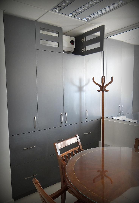 Mueble para guardado de carpetas que atraviesa dos oficinas. Enchapado lamitech. Parte superior acanalada para la incorporación de aire acondicionado.