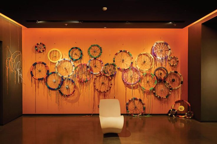 Instalación Ruedas de bicicleta, de Francesco Granducato, en el hotel Nhow Milano.