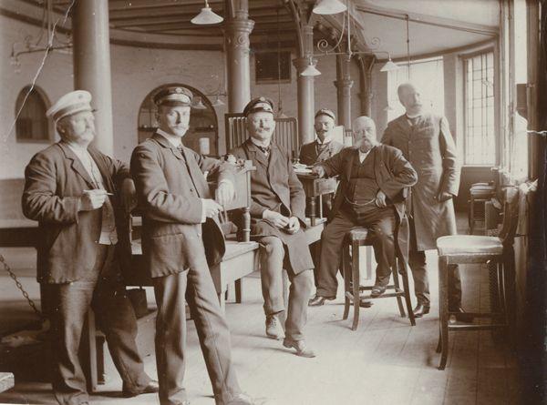 Personale i Frilagerets vejerbod, København. Ca. 1900