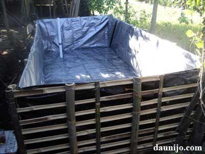 pasang-terpal-pada-kerangka-bambu