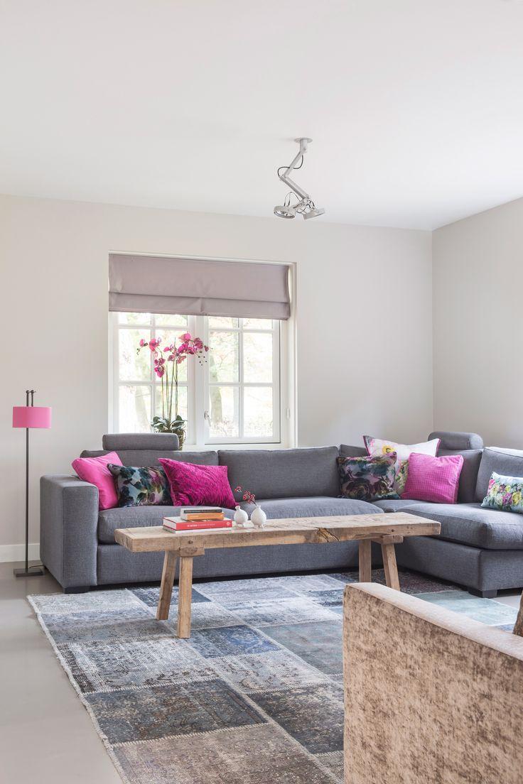 Gek op roze? Zoals hierboven te zien kan je een felle kleur toch makkelijk in je interieur opnemen d.m.v. kleine accessoires.