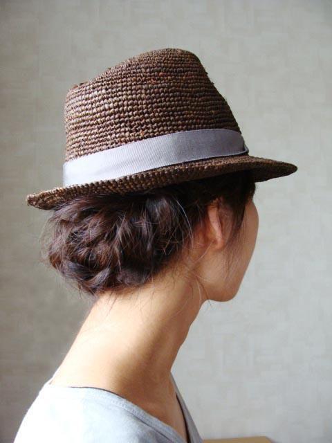 ハットの下から見える三つ編みまとめ髪がかわいい♡帽子に合うヘアアレンジ♬