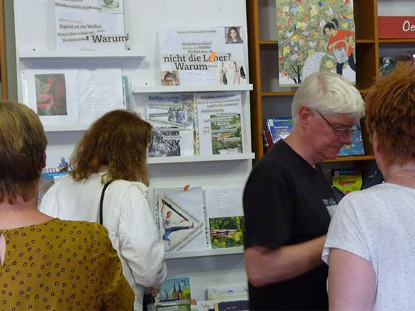 Ausstellung und Wettbewerb: Hier werden Collagen mit Texten und Bildern ausgestellt. Sie sind in der Schreibwerkstatt entstanden. Im Rahmen des Inklusiven Schreib- und Vorlesefestivals in Braunschweig - im Guten Morgen Buchladen in Braunschweig - Mai 2017