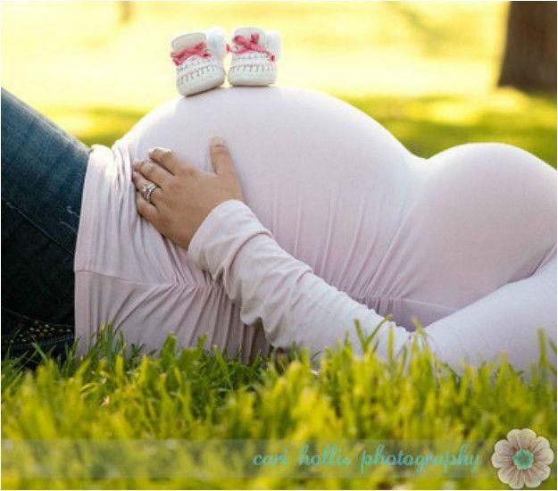 Jolie photo de grossesse : ventre rond et chaussures de bébé – #bébé #chauss…