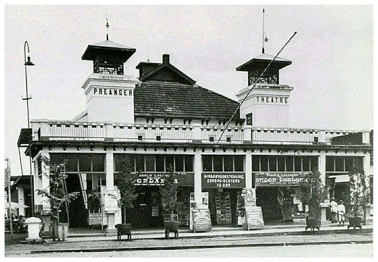 Preanger Theatre aan de Aloon-Aloon Bandoeng circa 1920.