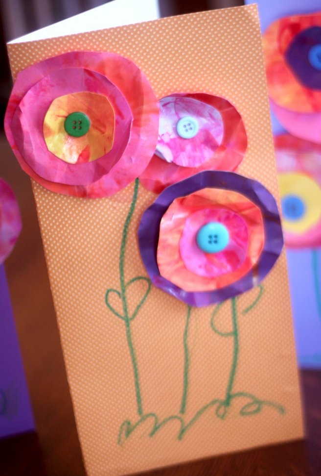 Osterbasar --> Karten oder Tüten Flowers kids and even toddlers can make. Crunch Crunch!