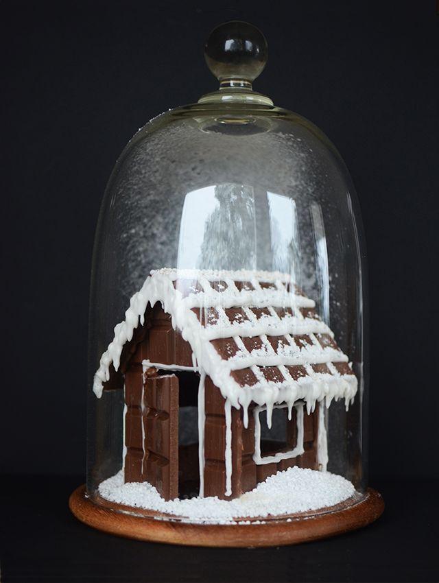Pepparkakshus har vi ju sett men chokladhus är inte lika vanligt. Konstigt egentligen för choklad och jul hör ju verkligen ihop och chokladkakor är perfekta byggstenar. Väldigt goda att göra misstag...