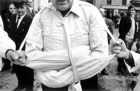 Parma, Istituto psichiatrico, la camicia di forza, Gianni Berengo Gardin, 1968